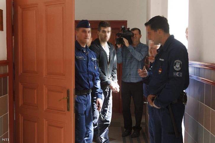 A zalaegerszegi emberölés gyanúsítottját vezetik a Zala Megyei Törvényszéken 2015. április 14-én.