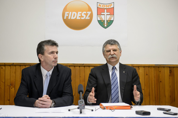 Kövér László, az Országgyűlés elnöke (j) és Simon Tibor, a Fidesz-KDNP pártszövetség polgármesterjelöltje sajtótájékoztatót tart Aktuális politikai helyzetértékelés címmel Salgótarjánban 2016. február 16-án