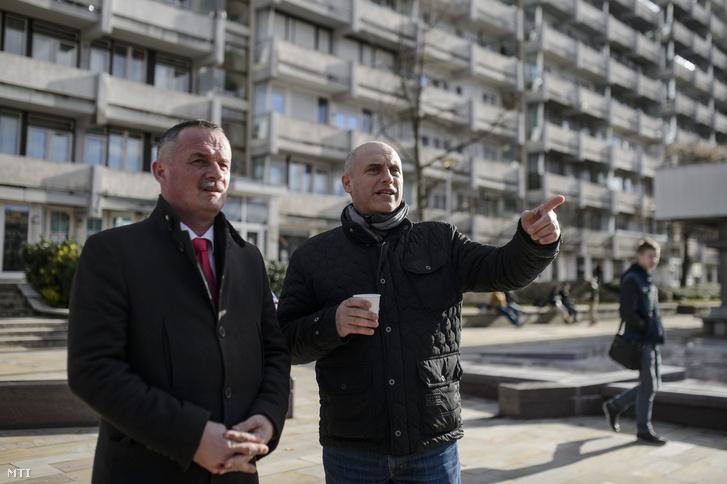 Fekete Zsolt, a baloldali összefogás (MSZP-DK-TVE) polgármesterjelöltje (b) mellette Tóbiás József, az MSZP elnök-frakcióvezetője a párt országgyűlési képviselőinek kitelepülésén Salgótarján Fõ terén 2016. február 11-én