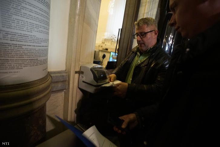 Nyakó István MSZP-s politikus volt országgyűlési képviselő Budapesten a Nemzeti Választási Iroda épületében 2016. február 23-án.