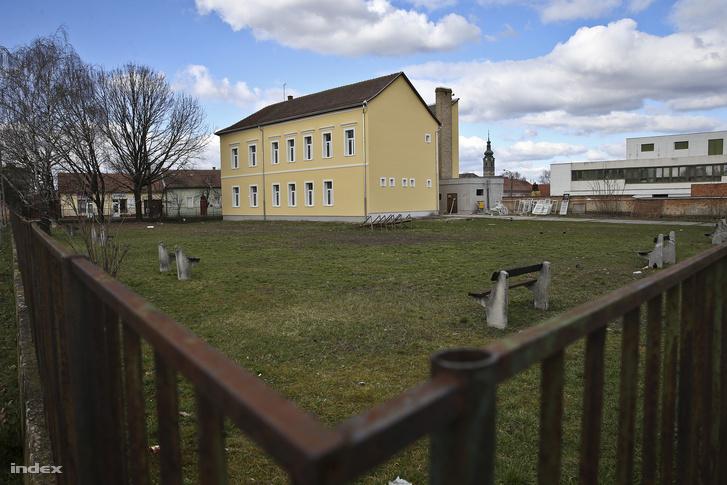 Szécsényben egy iskola udvarán nem épül a tornacsarnok