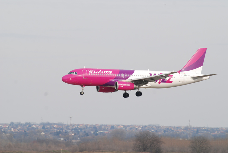 A Wizz Air W62485-as járata leszállás közben Budapesten, miután féltávnál visszafordul Marosvásárhely felől.