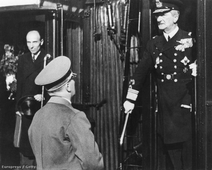 Adolf Hitler Horthyt fogadja 1938 augusztusában, balra Imrédy Béla.
