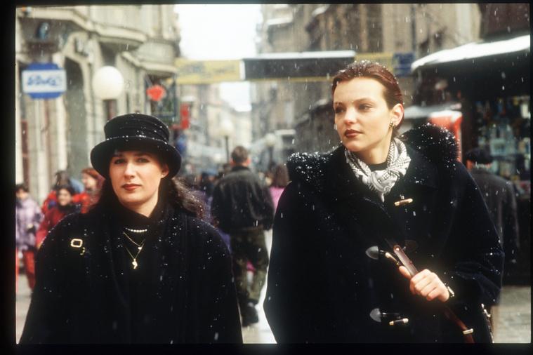 Két nő áll Szarajevó egyik fő bevásárló utcáján 1996. március 5-én. A boltok március elején kezdtek el újra kinyitni a háború után.