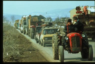 A szerb lakosság elhagyja Szarajevót 1996. március 15-én. A megtorlástól tartó szerbek, amint lehetőségük nyílt rá, elhagyták a várost. Sokan minden értéküket hátrahagyták.