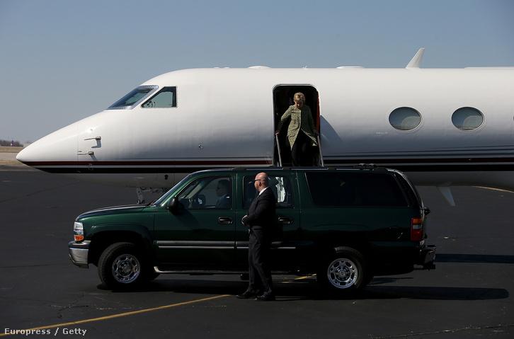 Hillary Clinton magángépén érkezik kampánykörútjának Nashville-i állomására, 2016. február 28-án.