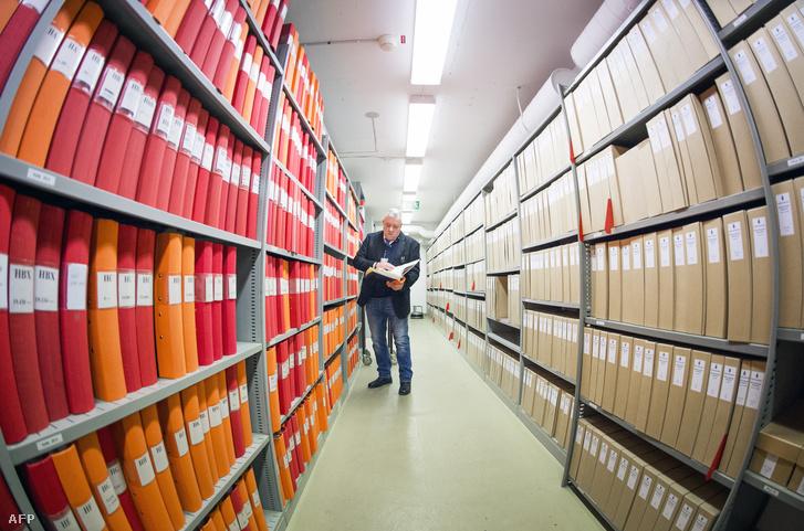 Sven Lennart Gustafsson nyomozó a Palme-ügy dokumentációját őrző szobában, a stockholmi rendőrség központjában, 2016. február 25-én.