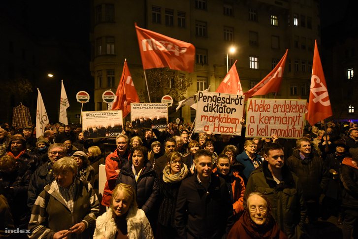 MSZP-s demonstráció az NVI előtt az elgáncsolt népszavazási kezdeményezés után.