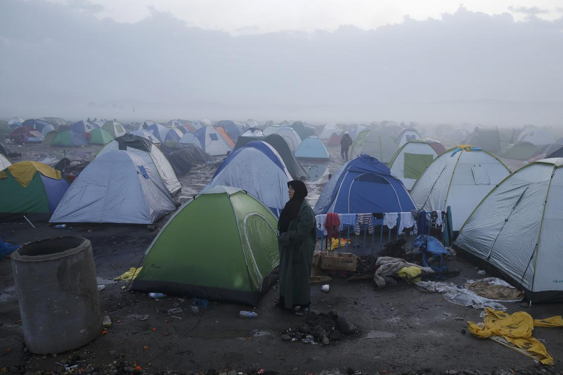 Menekültek sátoroznak a mezőn Macedónia és Görögország között a görög Idomeninél.