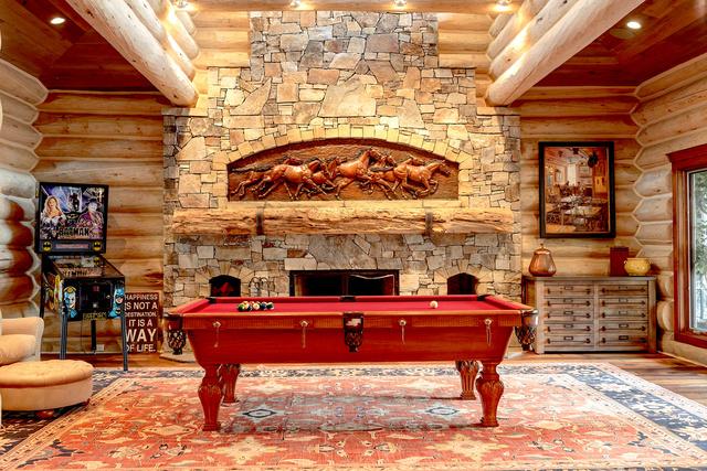 Természetesen egy csinos biliárd asztal is helyet kapott a kandallós nappaliban.
