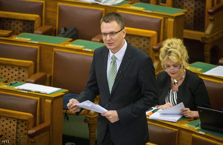 Rétvári Bence a közoktatás állapotáról szóló vitanapon az Országgyûlés plenáris ülésén 2016. március 1-jén.