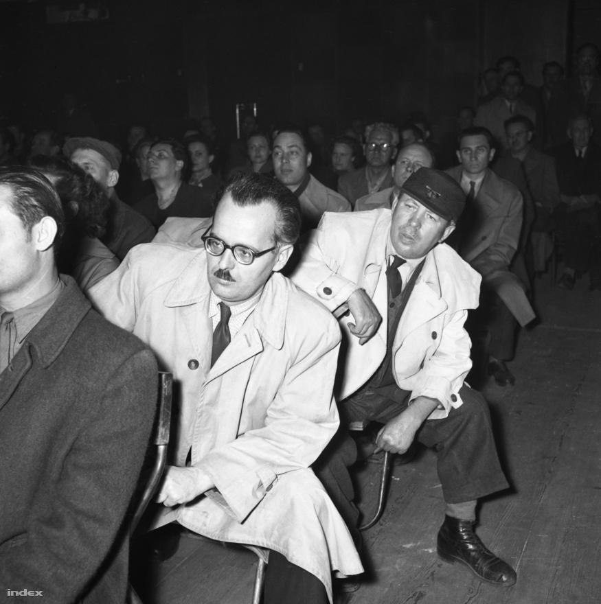 """Marosán György (gúnynevén: Buci Gyuri) államminiszter Csepelen, 1957-ben. Péksegédből lett a proletárdiktatúra egyik legagresszívabb politikusa. 56-ban nemcsak a diáktüntetés betiltását követelte, hanem azt is, hogy mielőbb adjanak ki tűzparancsot. Később a megtorlások arcává vált, és amikor az anyja a szomszédasszonytól megtudta, hogy fia államminiszter lett, csak annyit mondott: """"Szegény ország!"""""""