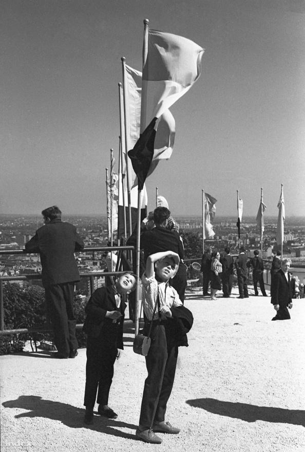 Zászlók és gyerekek a Gellért-hegyen. Ünnepség a Szabadság-szobornál a hetvenes években.