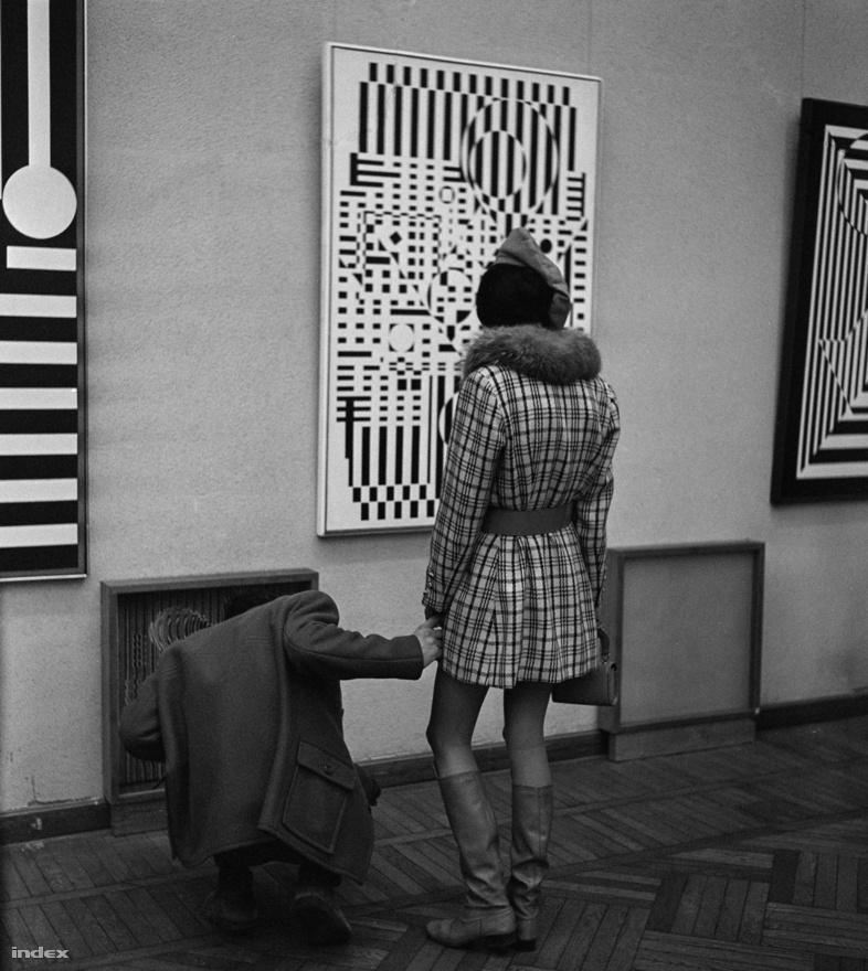 Szerelem és művészet kéz a kézben, ahogy a képen látható pár is. Kiállítás a nyolcvanas évekből.