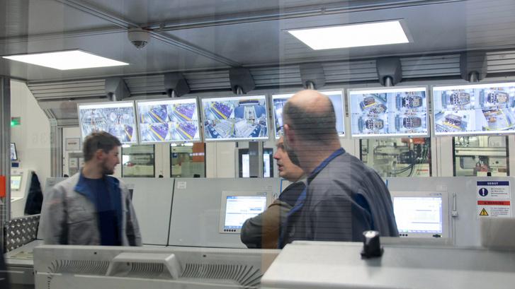 A gépet egy rakás kamera képe és érzékelők adatai alapján felügyelik a szakemberek. A préssornak a  közelébe sem szabad menni működés közben