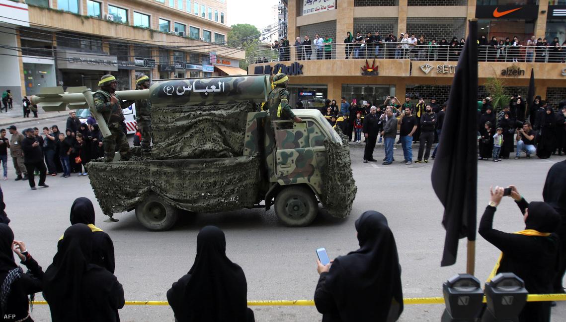 Katonai parádét tart a siíta hezbollah Libanonban
