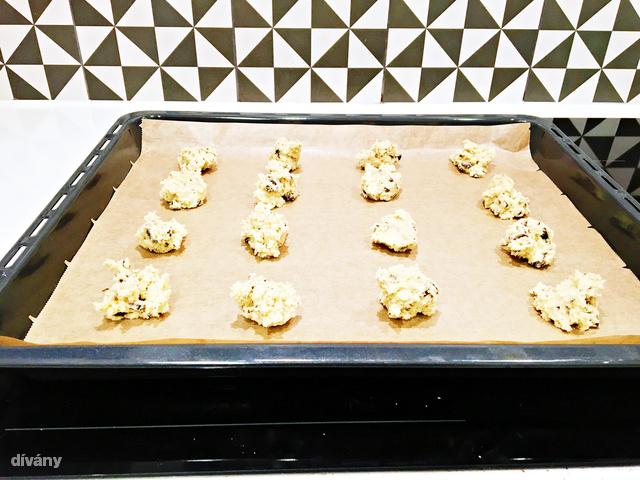 A sütés első egy-két percében elég valószínűtlennek tűnik, hogy ezekből a kupacokból kekszek lesznek, de mégiscsak így történik
