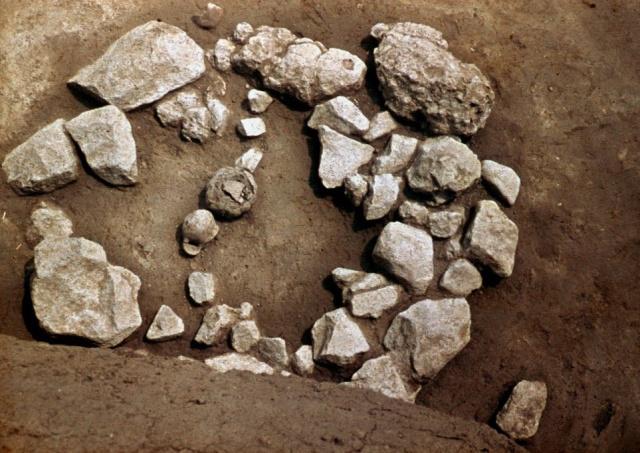 Kőpakolásos sír feltárás közben.