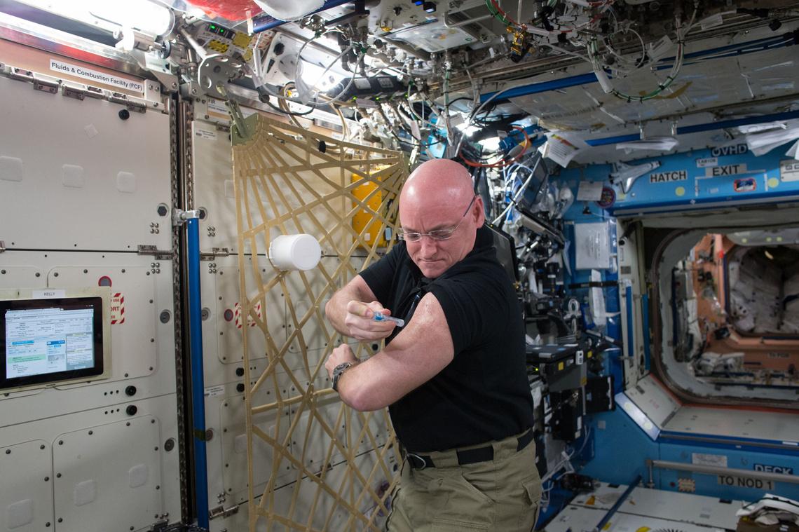 Influenza elleni védőoltást ad be magának Scott Kelly az űrállomáson - az oltás a ikertestvérével végzett közös kísérlet része volt, azt vizsgálták, hogyan hat a súlytalanság az oltószer hatóanyagaira.