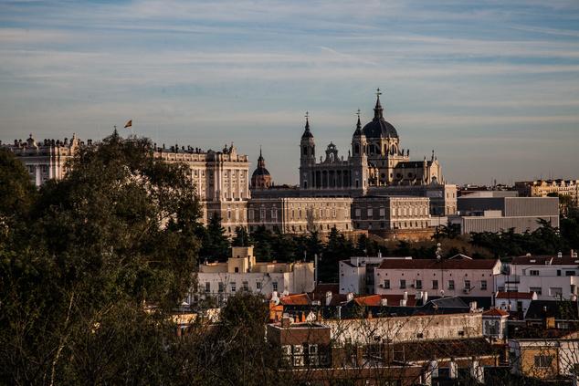 A királyi palota és a katedrális, ahogyan a Templo de Debod mellől látszik