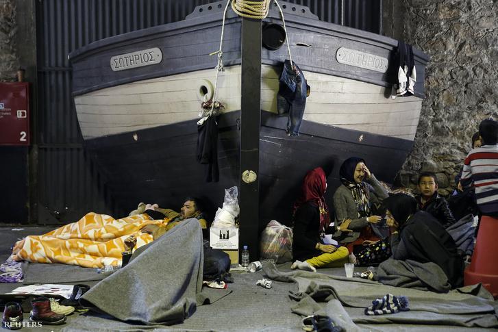 Menekültek várakoznak az athéni kikötőben.
