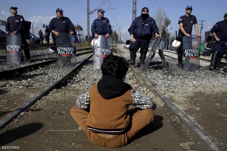 Egy menekült ült le a sínekre a rendőrsorfal előtt tiltakozásképp, a görög-macedón határnál Idomeninél.