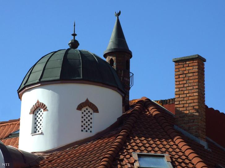 Egy török dzsámi és minaret makettje egy szigetvári szaküzletház tetején.