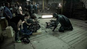 Ben Affleck forgatós fotókat posztot: így néz ki Batmanként akcióban
