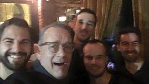 Tom Hanks borozva ismerkedik Budapest népével