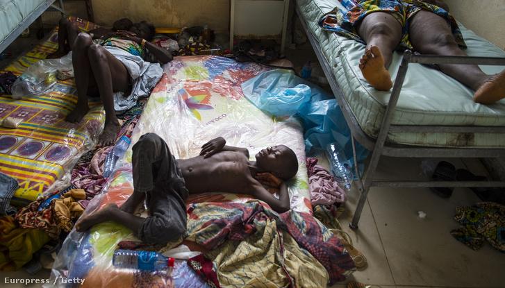 Ebolával fertőzött gyerek fekszik egy kórházban Libériában.