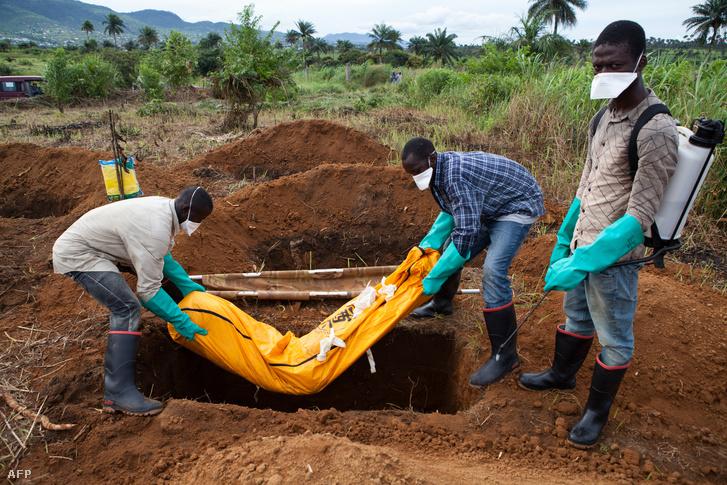 Egy ebola miatt elhunyt ember holttestét temetik el Sierra Leonéban.
