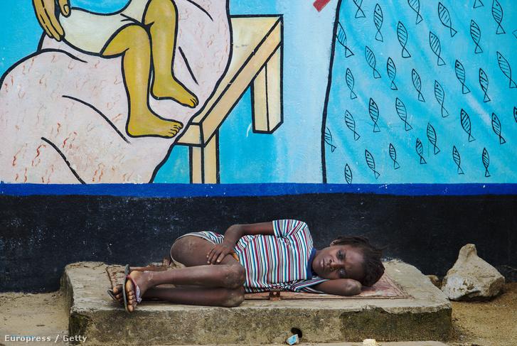 Egy beteg kisfiú fekszik egy kórházban Libériában.
