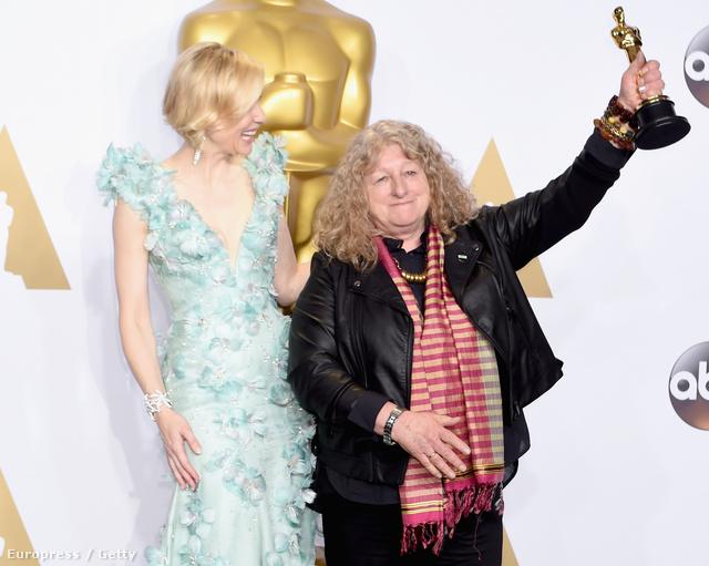 Jenny Beavan Cate Blanchett-től vehette át a legjobb kosztümökért járó díjat a 2016-os Oscar gálán.