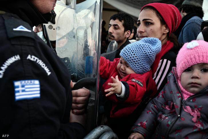 Várakozó menekültek a görög-macedón határon, március 3-án.