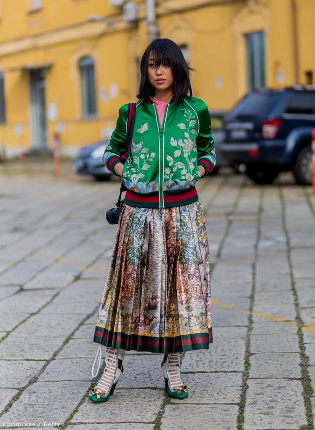 A fotósként. íróként és stylistként is ismert Margaret Zhang balkáni stílusban kombinálta a Gucci bomberdzsekit és szoknyát.