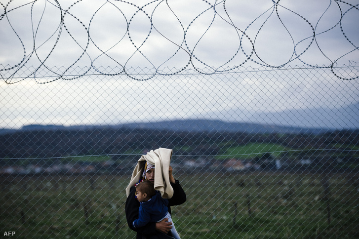 Nő gyermekével a görög-macedón határon