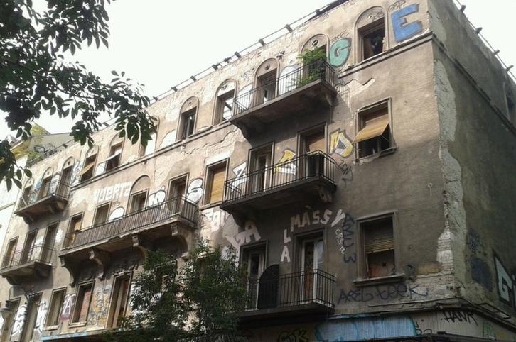 A Király utca 40. a 2014-es szeptemberi bejáráskor. Akkor még nem bontották vissza a házat a földszintig és látszanak az 1935-ös átalakításkor kiépített erkélyek.