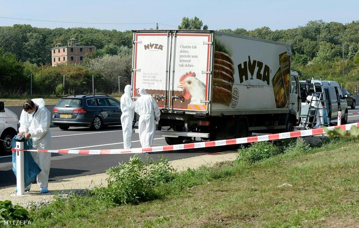 A teherautó Parndorf közelében, amelynek rakterében a menekültek holttestére bukkantak
