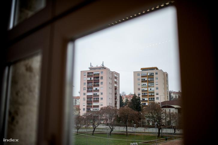 Kilátás panelházaknak tűnő téglaházakra Komlón
