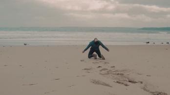 Mit üzen nekünk a tengerparton eltáncolt fájdalom?