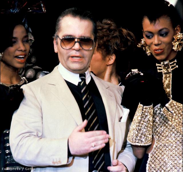 Fehér galléros fekete ing, bézs zakó és pantalló a 80-as évek elején.