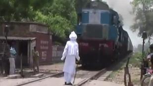 Chickenezett a vonattal egy indiai férfi, és túlélte