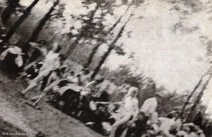 Az auschwitzi Sonderkommando tagjai nőket kísérnek a gázkamrába.