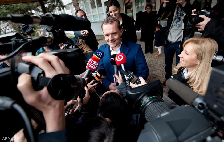 Radoslav Prochazka nyilatkozik a sajtónak, miután leadta szavazatát a szlovákiai Nagyszombaton(Trnava) 2016. március 5-én.