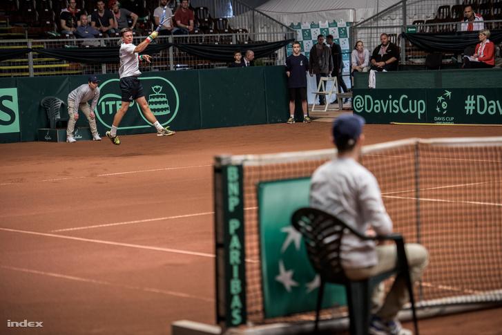 Nagy Péter meccse után Fucsovics azt az Amir Weintraubot verte három játszmában, aki korábban Milos Raonic-ot is megverte már a Davis Kupában. 6:2, 6:4, 7:5 lett a vége.