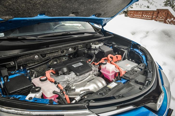 A 2,5 literes benzinmotor 152 lóerős - az Atkinson-ciklus miatt szerényebb a teljesítménye, de a hatásfoka kiváló