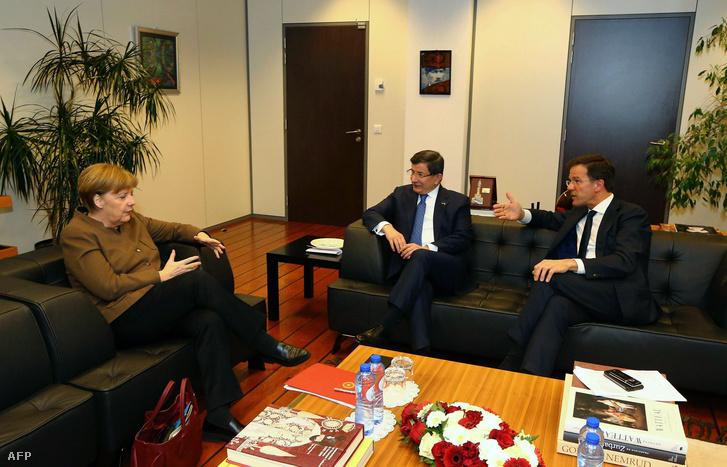 Angela Merkel és Ahmet Davutoglu Brüsszelben tárgyalt