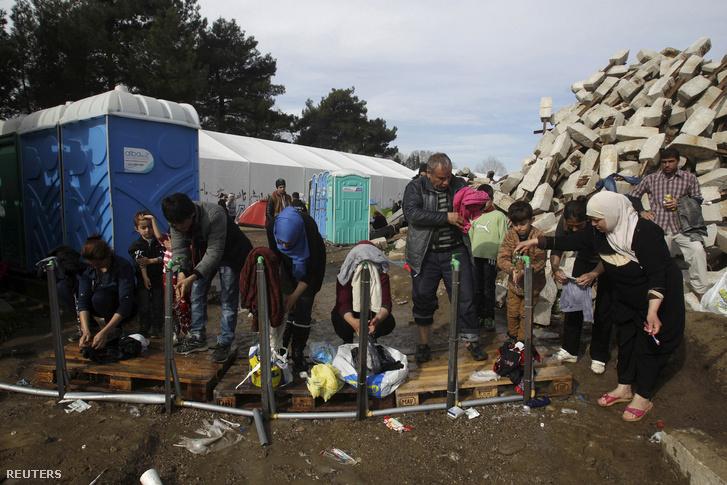 Menekültek mosakodnak és mosnak egy befogadóállomáson a görög-macedón határon, Idomeni közelében, 2016. március 6-án.