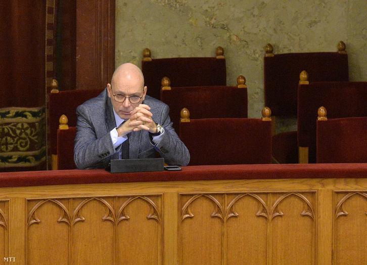 Péterfalvi Attila, a Nemzeti Adatvédelmi és Információszabadság Hatóság elnöke a postatörvény módosításának vitája alatt az Országgyûlés plenáris ülésén 2016. február 16-án