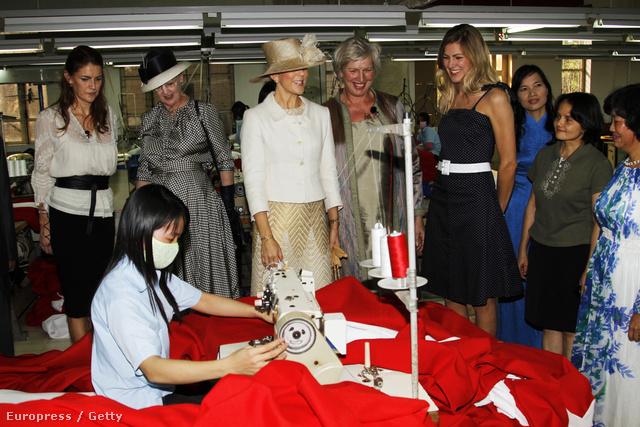Mária Dán hercegnő állítólag 5 év alatt 59 táskát vásárolt. Ugorjunk kicsit előbbre, hisz már akkor is volt pár szép kiegészítője. 2009, Vietnam: Mária megtekint egy gyári munkást, miközben...